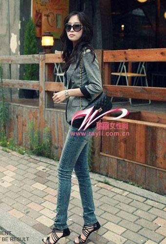 灰色小西装搭配蓝色紧身牛仔裤,带出欧美风情-小西装 紧身裤图片