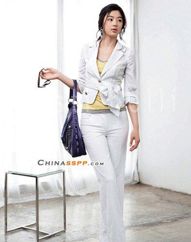 白色装束穿出干练造型