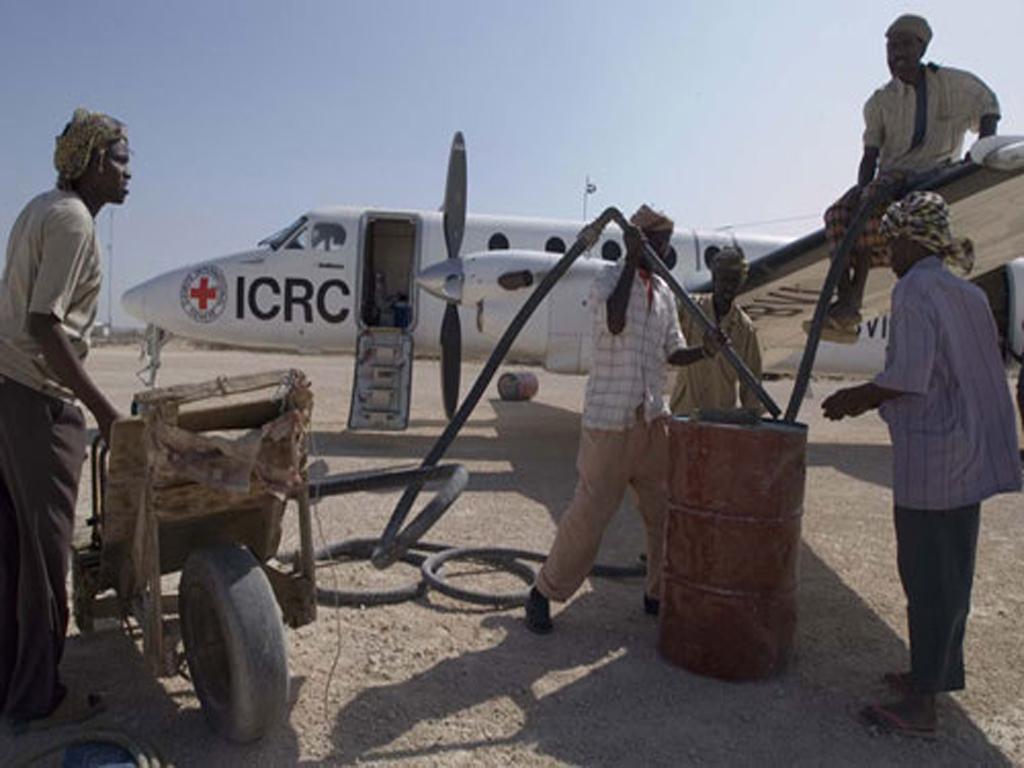 飞机 红十字 国际委员会/索马里。地勤工作人员为红十字国际委员会飞机加油。