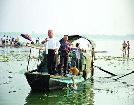 北京 中国共青团/主动承担起江边救援责任的老年冬泳队,高价打捞尸体的、被视为...
