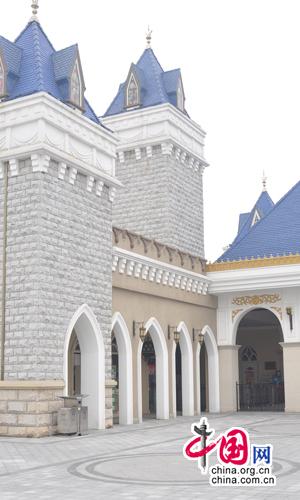 游乐园的餐厅造型采用欧式风格的城堡餐厅和海盗船
