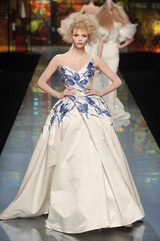 中国 青花瓷/青花瓷穿越时光,进入现代时装大道。