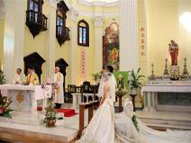 澳门,在这座东西方文化交流融合的小城,随处可见古老的教堂矗立在社区中,为周边百姓提供各种便利。本网记者澳门一行,有幸遇到一场在社区教堂举行的婚礼。让我们一起静听这神圣与甜蜜交织而成的婚礼乐章。