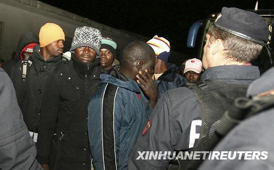 1月9日,在意大利南部的罗萨尔诺,警察将一些外来移民送上汽车.图片