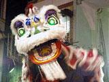 缅甸仰光唐人街上舞狮比赛过大年