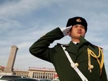 """全国""""两会""""安保方案日前启动,北京重点地区的警力全面升级,其中天安门地区、主会场外围、各代表驻地成为安保的重中之重。"""
