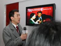 """著名主持人鲁健介绍中国网""""两会""""现场访谈间。"""