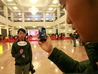 """中国网记者使用手机报道""""两会"""""""