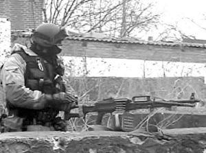 电视台公布的俄特种部队与恐怖分子的枪战镜头,小图为季霍米罗夫-图片