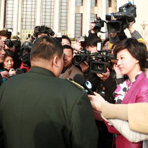毛新宇委员被记者包围