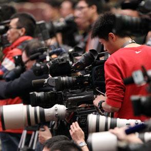 记者在现场拍摄