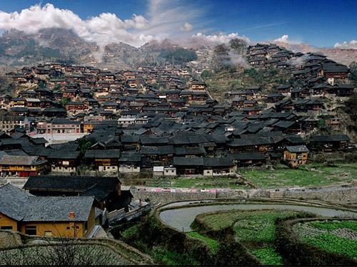 西江苗寨位于贵州雷山县西江镇,离贵阳约200公里.