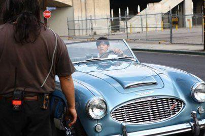 周杰伦美国低调 炫富 开古董级跑车街头赚眼球图片