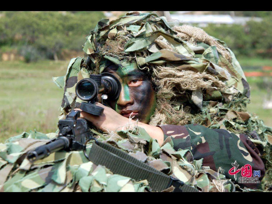 南京军区某部狙击手训练镜头剪影 图片中心 中国网