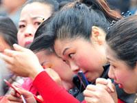 2010年3月30日,群众演员在表演文艺节目前简单化妆。