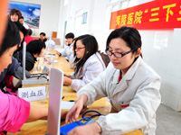 宜昌医疗队下乡送健康。2010年3月30日,医务人员为村民进行健康检查。