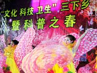 """宜昌""""三下乡""""闹热乡村。2010年3月25日,演员为农民群众表演""""橘乡风情""""文艺节目。"""