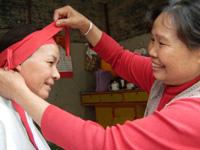 壮乡妇女从事传统修容增加收入