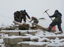 救援大隊冒雪在玉樹實施救援〔組圖〕