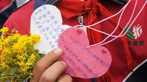 学生们自己制作的小卡片献给遇难的老师和同学