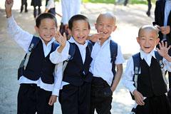 东干村刚刚放学的孩子