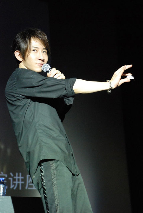 新浪娱乐讯日前魔术师刘谦来到北京电影学院做了一场名为...