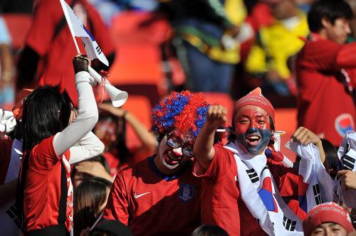 韩国队球迷在比赛前为球队助威