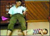 父子俩避雨时睡着照片引部分网友心酸