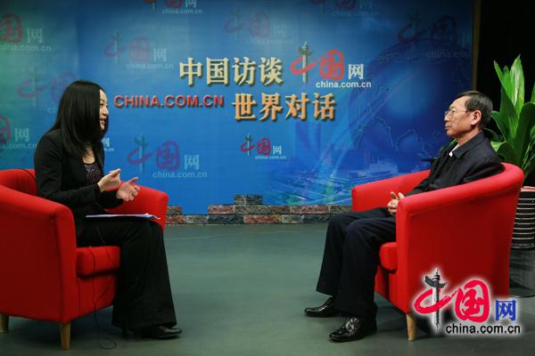周秉钧与主持人在演播室交流 -中国访谈