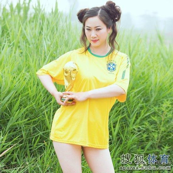 蓉姐姐化身世界杯女神 扮俏女郎力挺巴西图
