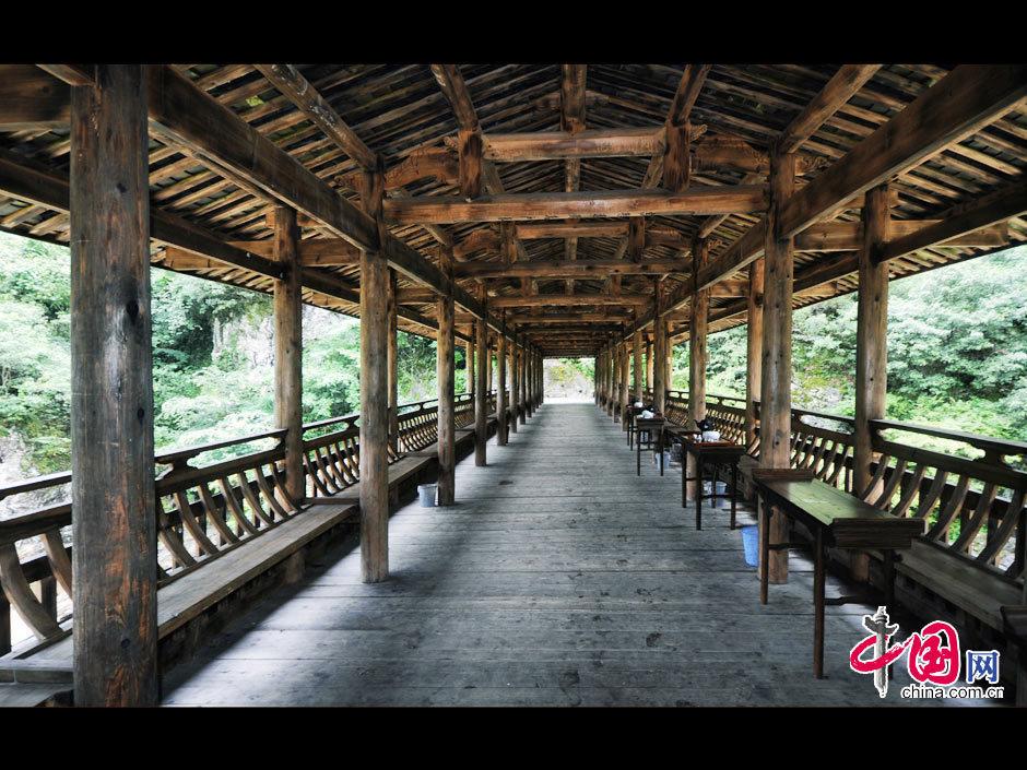 """廊桥俗称""""厝桥"""",意思是""""像房子的桥"""",屏南县地处福建省东北部,现存"""