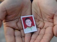 7月6日中午,湖北黄石市西塞山道士氵伏村贾前湾村民刘智勇12岁的女儿刘丽莉与小伙伴在村子附近煤灰库里玩耍时,不幸陷进煤灰泥浆中,一名小伙伴拉不住深陷泥浆的刘丽莉,待叫来村民救她时,她已经离开人世。一个鲜活的花季生命消失了。煤灰库是附近电厂储存煤灰的,已转包给个体户,周围没有任何防护和禁示牌。目前,学校都已放假,孩子们离开校园的监护。一些农村的孩子没有游玩的地方,他们只有到山里、湖里等地玩耍,而这些地方是最危险的,假期安全教育时刻不能放松。
