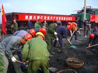 西露天煤矿500余名党团员和积极分子头顶烈日,挥锹大干,奋战在坑下采场百米铁道线上。