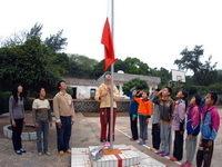3位老师和8名学生的升旗仪式
