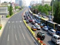 这是北京最繁华的街区——崇文门南大街早高峰车辆行驶的情景。