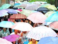 2010年6月7日是全国高考第一天,湖北宜昌地区普降中到大雨,气温适中,有利于考生正常发挥。为应对雨天天气,当地相关部门提前做好高考考场防范应急工作,确保了宜昌全市23个考点、27360名考生安全和考试顺利进行。