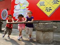 """6月16日是中国传统佳节——端午节,当日在北京民俗博物馆举办了""""共享文化遗产,感悟端午节俗""""游园会,市民及中外游客在这里共享节日的欢乐。"""