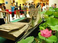 第二届白洋淀荷花节近日在北京东安市场拉开帷幕,市民不但能在由荷花、渔船、鱼鹰营造的水乡氛围内观看民俗表演 ,还可挑选到莲蓬、荷叶等地道的白洋淀特色产品,不出市区市民就能领略到白洋淀的风土人情。2010年7月17日摄于北京东安市场