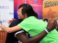 加内特中国行遇女球迷索拥抱 大方献胸怀[组图]