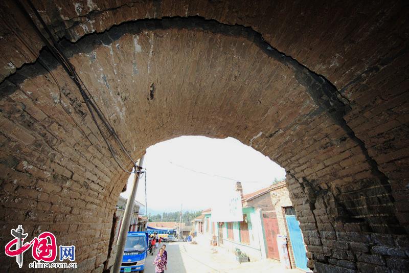 杨佳 山西/村口的门楼裂出了超过10公分宽长度超过2米的口子。中国网杨佳...