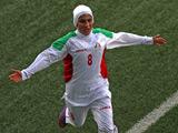伊朗队的Aflaki Shahin张开双臂庆祝自己的进球