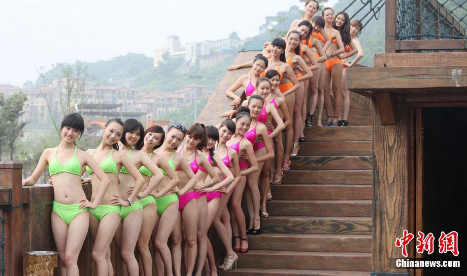 高清:重庆美女争选侨乡丽人 穿比基尼水上斗艳