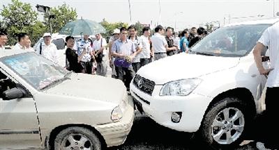 男子故意撞车吸引警察 自称 车内有毒品