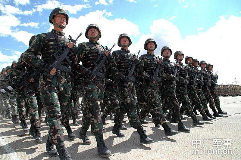 彩排现场,图为中方特种兵方队通过检阅台.  摄 图片来源:中广网-
