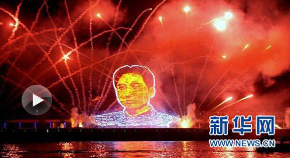 巨幅青年毛泽东头像焰火绽放湘江