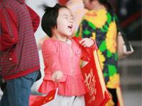 红色的礼物 开心的表情——中国馆发放纪念品