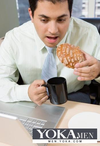 备好一个粗面粉面包、一点水果,如香蕉和一瓶酸奶带到办公室.一样