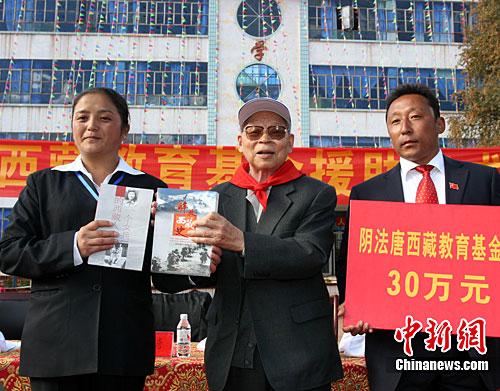 捐赠仪式上,阴法唐并向该学校赠书。(徐长安 摄)