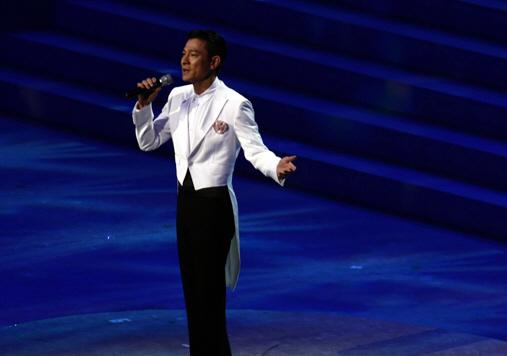 韩红在闭幕式上演唱歌曲《多情的土地》