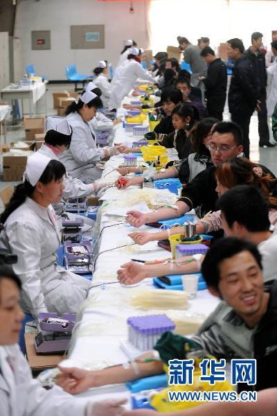 11月1日,富士康(太原)的员工在集体献血。 (范敏达 摄)